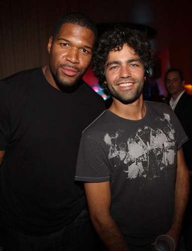 Adrian Grenier attends the Kentucky Derby with Michael Strahan