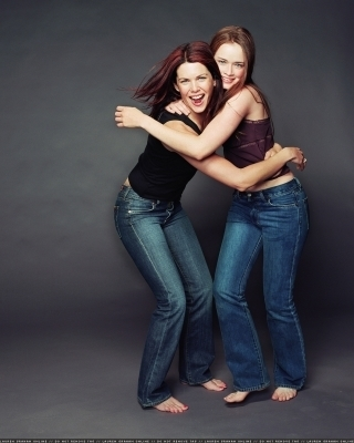 gilmore girls fondo de pantalla containing a jean entitled Barefoot