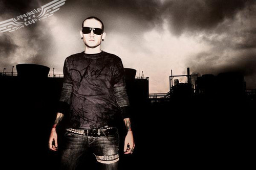 Chester Bennington hình nền probably containing sunglasses, an outerwear, and a pantleg titled Chester Bennington