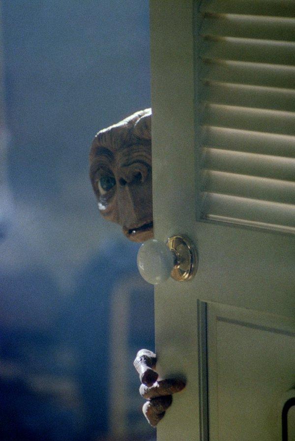 ドアに隠れながら様子をうかがうE.T.