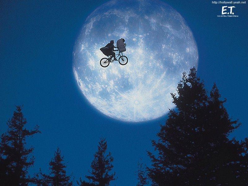 ETとエリオットが空を飛ぶ壁紙