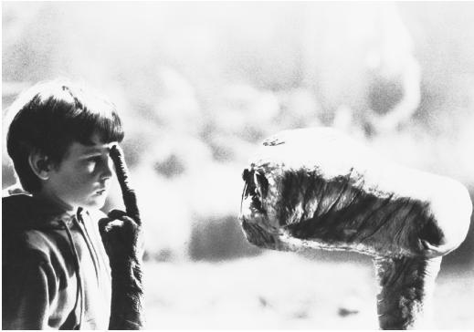 ETがエリオットの頭を指さす壁紙