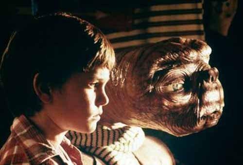ETとエリオットが並んで外を見つめる壁紙