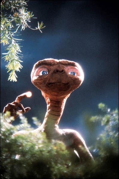 ETが木の間からこちらを見る壁紙
