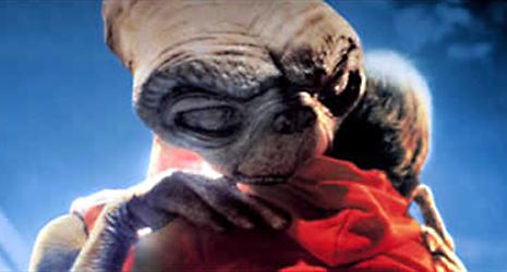 ETとエリオットが抱き合う壁紙