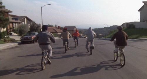 ETとエリオット達が自転車に乗る後ろ姿の壁紙