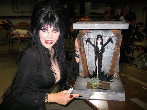 Film horror wallpaper called Elvira with the Elvira doll