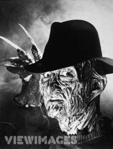 A Nightmare on Elm mitaani, mtaa karatasi la kupamba ukuta containing a snap brim hat, a campaign hat, and a fedora entitled Freddy Krueger