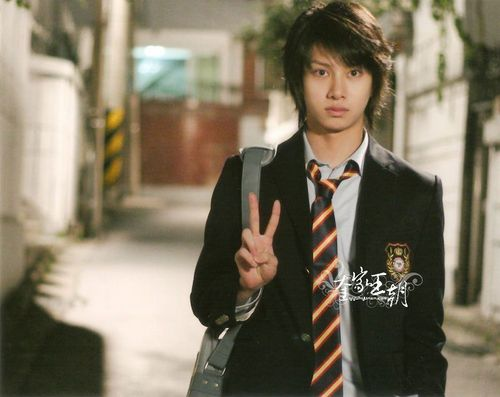 http://images1.fanpop.com/images/image_uploads/Hee-Chul-super-junior-1237970_500_397.jpg