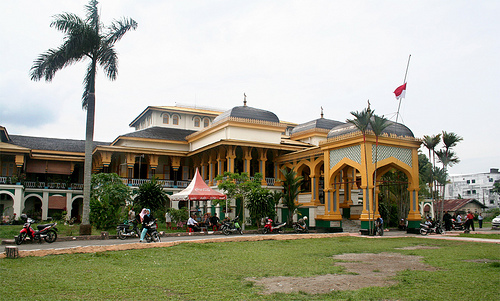 Penghuni Medan wallpaper with a brownstone, a mansion, and a quad titled Istana Maimun