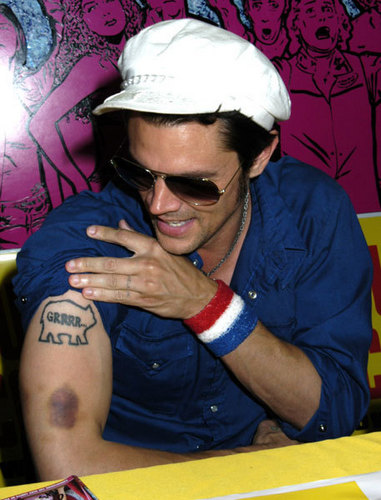 Johnny Knoxville 바탕화면 probably containing a sign entitled Johnny Knoxville