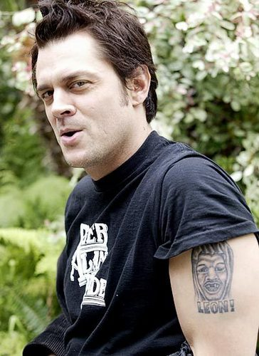 Johnny Knoxville menunjukkan us...
