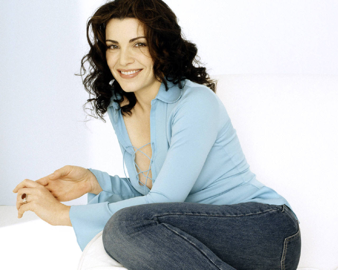 http://images1.fanpop.com/images/image_uploads/Julianna-julianna-margulies-1002350_1280_1024.jpg