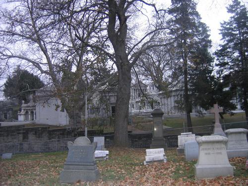 月桂树 爬坡道, 小山 Cemetery