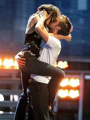 Famous Kisses karatasi la kupamba ukuta containing a business suit entitled Rachel McAdams & Ryan gosling