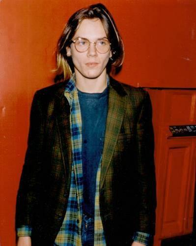 River Phoenix 壁纸 probably containing a well dressed person and a business suit called River