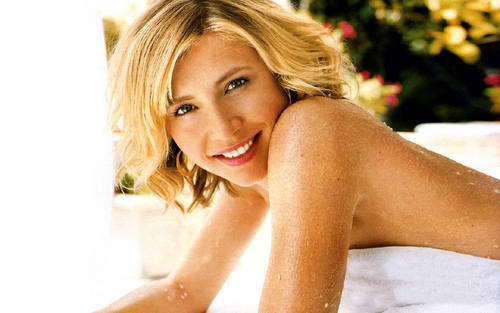 Sarah Chalke wallpaper probably with skin and a portrait entitled Sarah <3