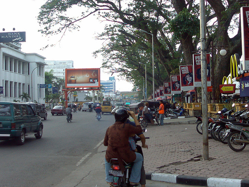 Penghuni Medan wallpaper with a street, a motorcycle cop, and a pelican crossing called Suasana Merdeka Walk
