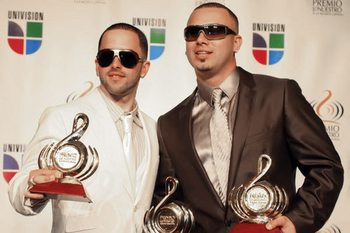 Wisin y Yandel karatasi la kupamba ukuta probably with a business suit entitled Wisin y Yandel