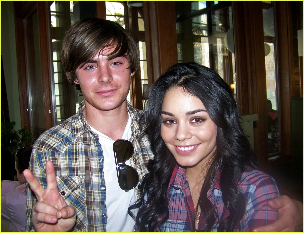 [Image: Zanessa-on-the-set-of-HSM3-zac-efron-and...22_936.jpg]