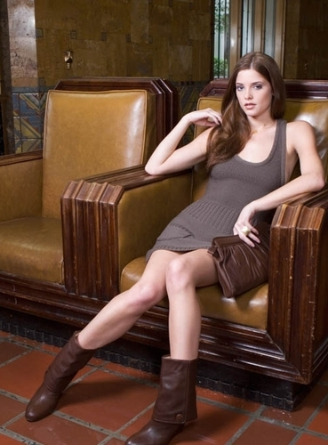 Alice Cullen wallpaper with a couch entitled Alice Cullen - Ashley Greene