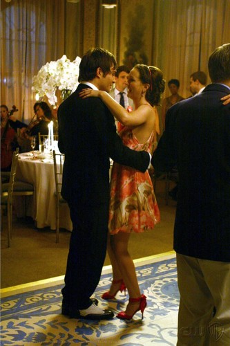 Blair & Chuck dancing and SMILING! :D