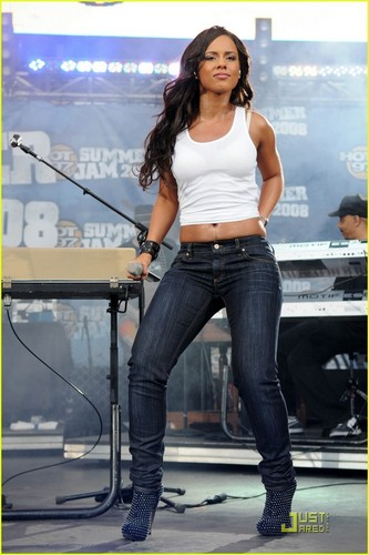 Alicia @ Hot 97 Summer siksikan