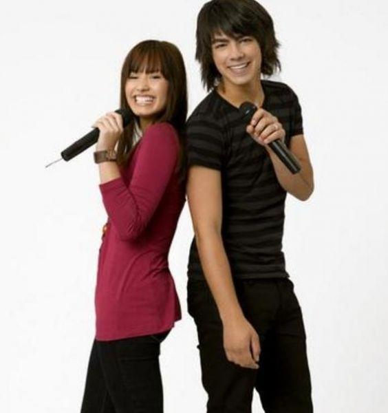 http://images1.fanpop.com/images/photos/1400000/Demi-Lovato-and-Joe-Jonas-camp-rock-1404221-564-600.jpg