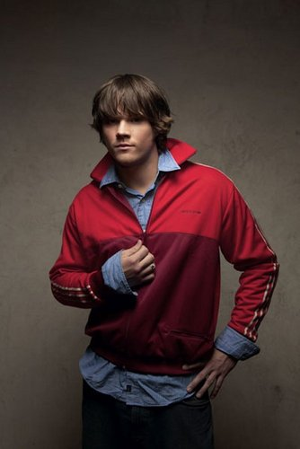 Jared Padalecki karatasi la kupamba ukuta with a sweatshirt and a kofia called Jared Photoshoot