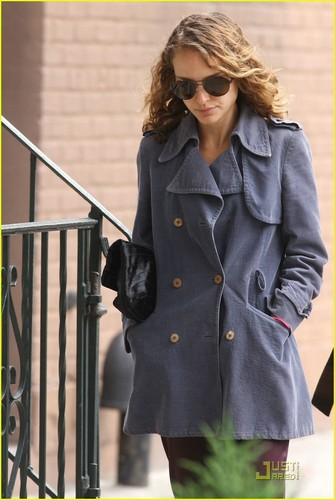 natalie portman wallpaper probably containing a business suit, a trench coat, and a ervilha jaqueta called Natalie