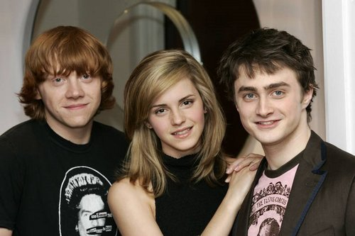 Harry Potter karatasi la kupamba ukuta with a portrait titled Daniel (harry), Emma (hermione) and Rupert (ron)