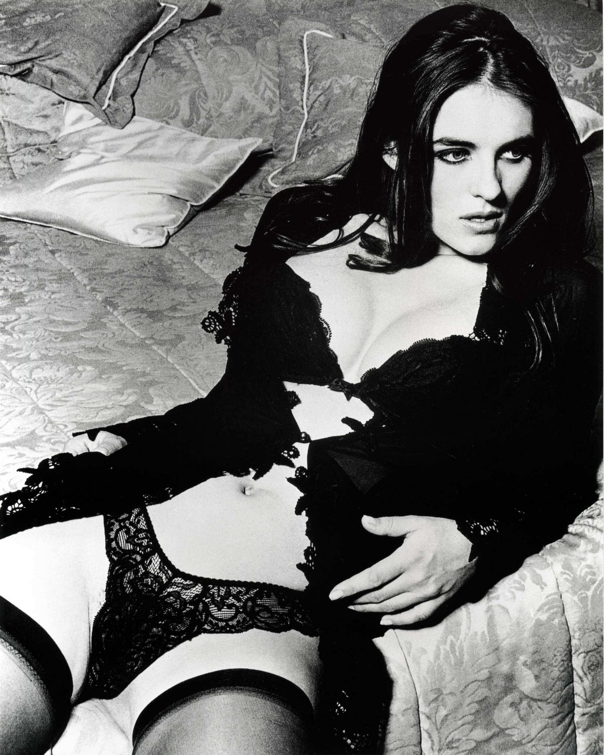 http://images1.fanpop.com/images/photos/1500000/Elizabeth-elizabeth-hurley-1549642-2047-2560.jpg