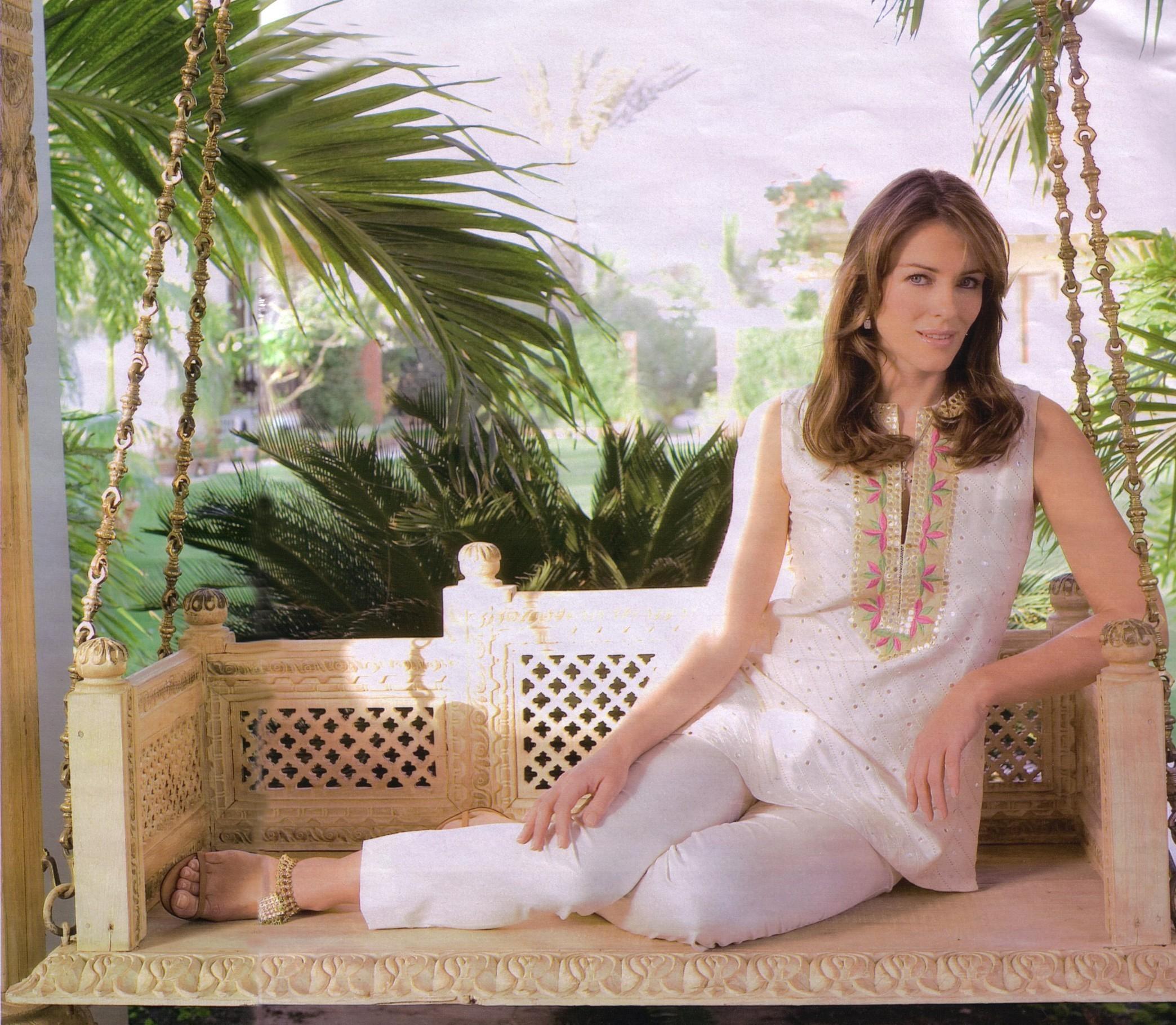 http://images1.fanpop.com/images/photos/1500000/Elizabeth-elizabeth-hurley-1549781-2088-1820.jpg