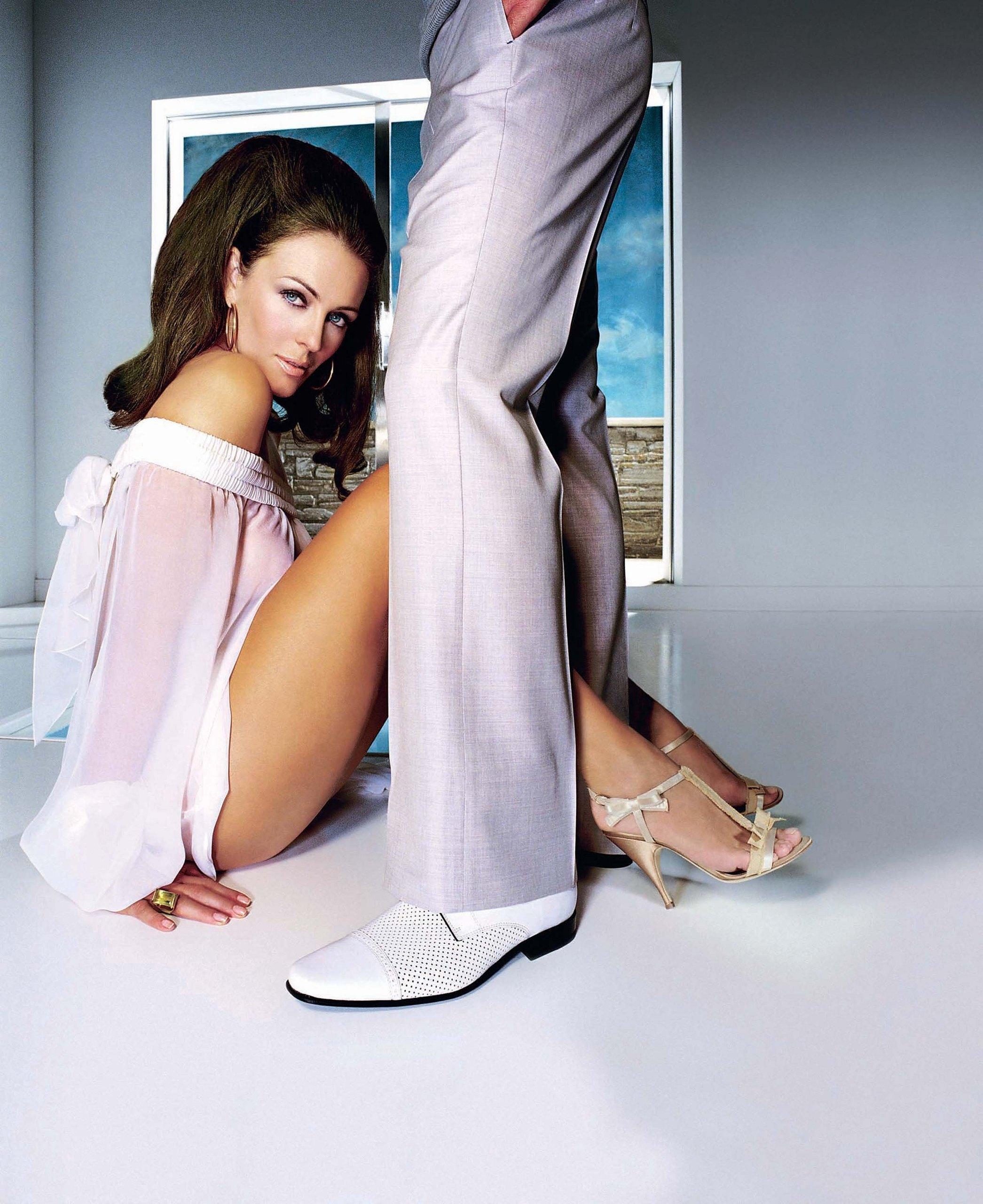 http://images1.fanpop.com/images/photos/1500000/Elizabeth-elizabeth-hurley-1549807-2091-2560.jpg