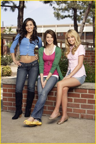 The Secret Life of the American Teenager Hintergrund possibly with a street, long trousers, and a hosenbein, pantleg called Francia Raisa, Shailene Woodley & Megan Park