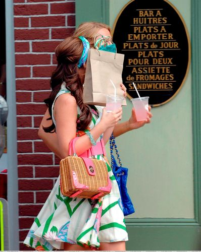Blair Waldorf پیپر وال possibly with a sign titled Blair
