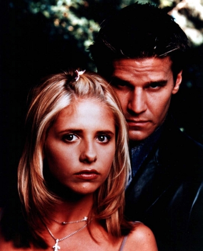 casais de televisão wallpaper containing a portrait titled Buffy & angel (Buffy the vampire slayer)