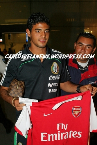 Exclusive Pic - Carlos Holds Up Arsenal camisa, camiseta