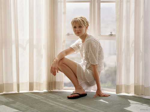 Kirsten Dunst wallpaper probably containing bare legs, hosiery, and tights called Kirsten