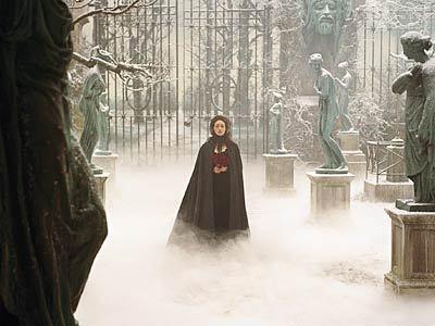 Das Phantom der Oper Hintergrund with a brunnen and a mantel called POTO
