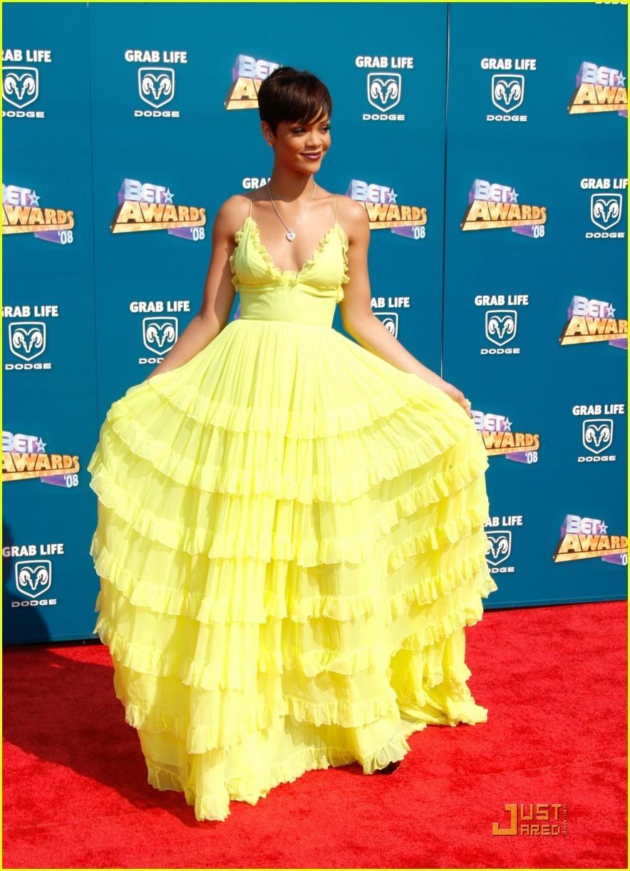 http://images1.fanpop.com/images/photos/1600000/Rihanna-BET-Awards-2008-rihanna-1626736-884-1222.jpg