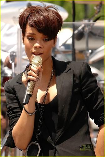 Rihanna - The Early ipakita