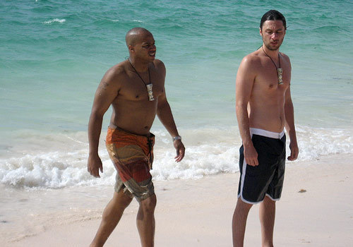 Zach Braff 바탕화면 probably containing swimming trunks, a bather, and skin called 스크럽스 cast in the Bahama's