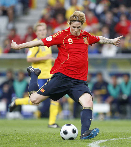 Fernando Torres shoots to score