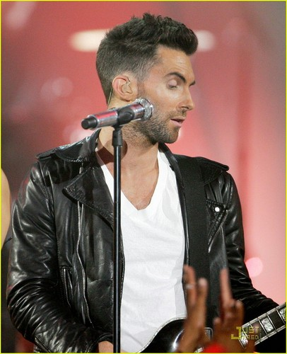 Adam Levine fondo de pantalla with a guitarist and a concierto entitled adam with rihanna