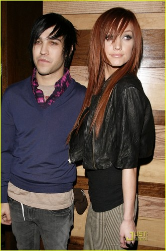 Celebrity Couples پیپر وال possibly containing bare legs, an outerwear, and a box کوٹ titled ashlee simpson & pete wentz