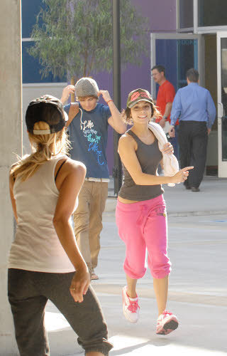 Vanessa, Zac & Ashley Candid Pic