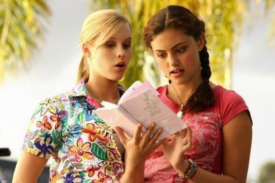 H2O Just Add Water wallpaper entitled Cleo and Emma are reading Charlotte's diary