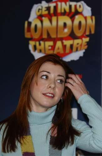 Alyson Hannigan achtergrond probably with a portrait titled Alyson