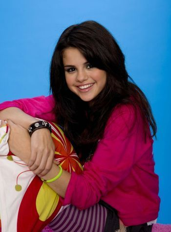 Miley Cyrus vs. Selena Gomez karatasi la kupamba ukuta entitled m&S